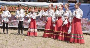儿童` s哥萨克唱诗班的表现在三位一体费斯特的 库存照片