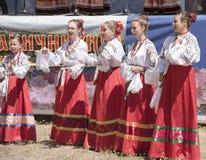 儿童` s哥萨克唱诗班的表现在三位一体费斯特的 免版税库存照片