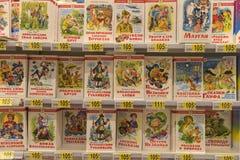 儿童` s在商店的架子预定 图库摄影