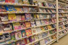 儿童` s在商店的架子预定 免版税库存图片