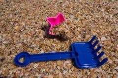 儿童` s在海滩戏弄每晴天 库存图片