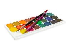 儿童` s在白色b和两把刷子隔绝的水彩油漆 免版税图库摄影