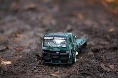 儿童` s室外戏剧 运载一辆玩具卡车孩子的图象,装载用沙子 图库摄影