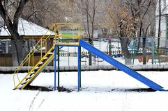 儿童` s小山在春天雪 库存照片