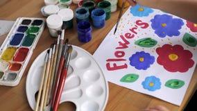 儿童` s手凹道五颜六色的花 股票视频