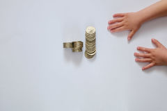 儿童` s手和金钱在白色背景 免版税库存照片