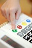 儿童` s手在按钮上计算器按 免版税库存照片