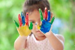 儿童` s手画五颜六色的水彩 图库摄影