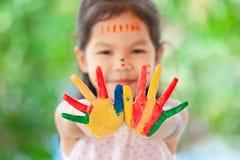 儿童` s手画五颜六色的水彩 免版税库存照片
