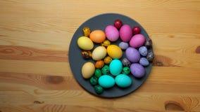 儿童` s手采取从板材的色的复活节彩蛋 股票录像