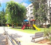 儿童` s操场在一个绿色庭院里在市霍隆在以色列 免版税库存图片