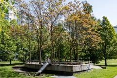 儿童` s操场在居民住房之间的公园在柏林Marzahn,德国 库存照片