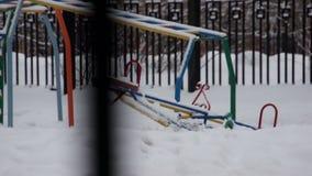 儿童` s操场在没有一个的冬天在它 股票录像