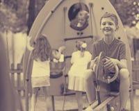 儿童` s操场的快乐的男孩 免版税库存照片