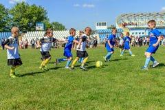儿童` s橄榄球队保加利亚瓦尔纳16 05 2018年 库存图片