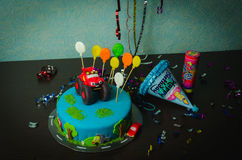 儿童` s生日快乐蛋糕装饰了汽车 免版税库存照片