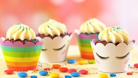 儿童` s生日聚会独角兽主题的杯形蛋糕 免版税库存照片