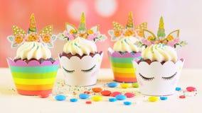 儿童` s生日聚会独角兽主题的杯形蛋糕 库存照片