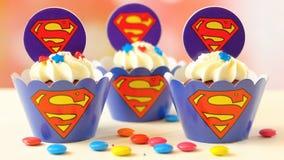 儿童` s生日聚会超人主题的杯形蛋糕 库存图片