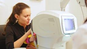 儿童` s眼科学-诊所的验光师检查小女孩` s视觉的 股票视频
