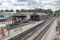 儿童` s知道在一辆大型蒸汽机车看的火车字符,看见从一个火车站的人行桥 免版税库存照片