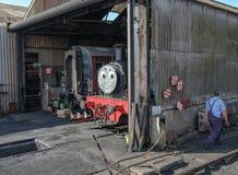 儿童` s知道在一辆大型蒸汽机车看的火车字符 免版税图库摄影