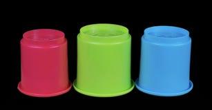儿童` s红色绿色&蓝色修造的杯 库存照片