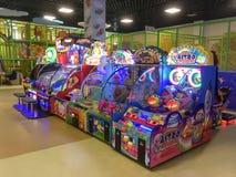 儿童` s老虎机在购物中心维多利亚庭院里 免版税图库摄影