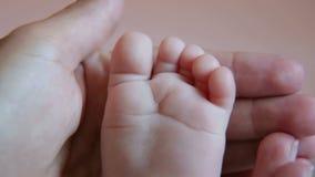 儿童` s腿特写镜头在背景中与母亲 小的婴孩脚特写镜头  股票录像
