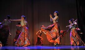 儿童` s舞蹈小组执行一个吉普赛舞蹈在一开放festiva 免版税库存图片