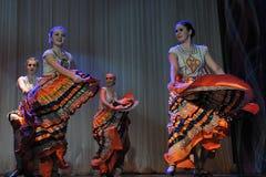儿童` s舞蹈小组执行一个吉普赛舞蹈在一开放festiva 库存图片