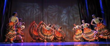 儿童` s舞蹈小组执行一个吉普赛舞蹈在一开放festiva 库存照片