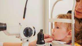 儿童` s视力测定-小女孩在眼睛眼科诊所的哎呀眼力 免版税库存图片