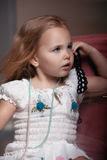 儿童` s画象女孩在房子里,公寓 库存图片