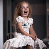 儿童` s画象女孩在房子里,公寓 图库摄影