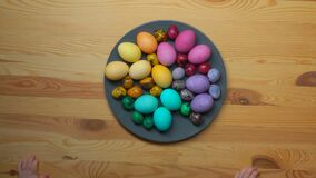 儿童` s Timelapse递采取从板材的多彩多姿的复活节彩蛋 影视素材