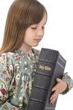 儿童holdind圣经 免版税图库摄影
