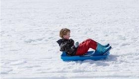 儿童sledding 库存图片