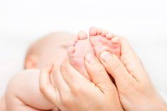 婴儿脚按摩 库存图片