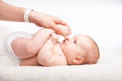 婴儿腿按摩 免版税库存图片