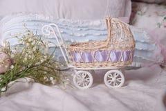 婴儿车和春天花束 免版税图库摄影