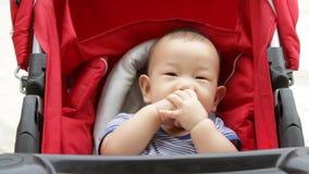 婴儿车的亚裔婴孩 股票录像