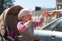 婴儿车的小孩子 免版税库存照片