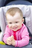 婴儿车的愉快的婴孩在夏天 库存照片