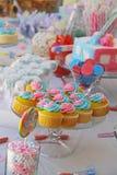 婴儿送礼会和甜点在桌上 免版税图库摄影