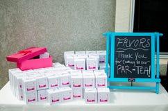 婴儿送礼会在桌上的团体利益d 免版税图库摄影