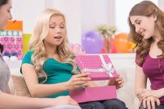 婴儿送礼会的孕妇。 免版税图库摄影