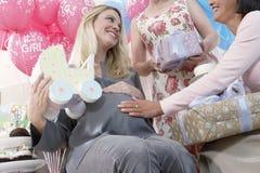 婴儿送礼会的愉快的妇女 免版税库存照片