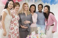 婴儿送礼会的愉快的妇女 免版税库存图片