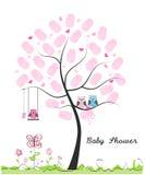 婴儿送礼会贺卡 乳瓶女孩 小猫头鹰 与做的猫头鹰家庭指纹树传染媒介例证 免版税库存照片